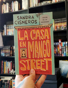 Cover of La Casa en Mango Street, one of the spanish books for learners on this list which is was originally written in English but by and about latinx life